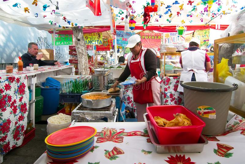 Οι γυναίκες πωλούν τα παραδοσιακά τρόφιμα σε μια αγορά οδών στη γειτονιά Coyoacan στοκ εικόνα
