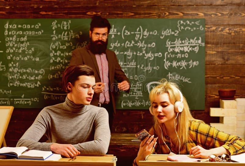 Οι επιτυχείς δάσκαλοι είναι πάντα εγκαίρως και προετοιμασμένος Ο σπουδαστής ψάχνει τη μελέτη της μεθόδου που ταιριάζει το ύφος εκ στοκ εικόνα με δικαίωμα ελεύθερης χρήσης