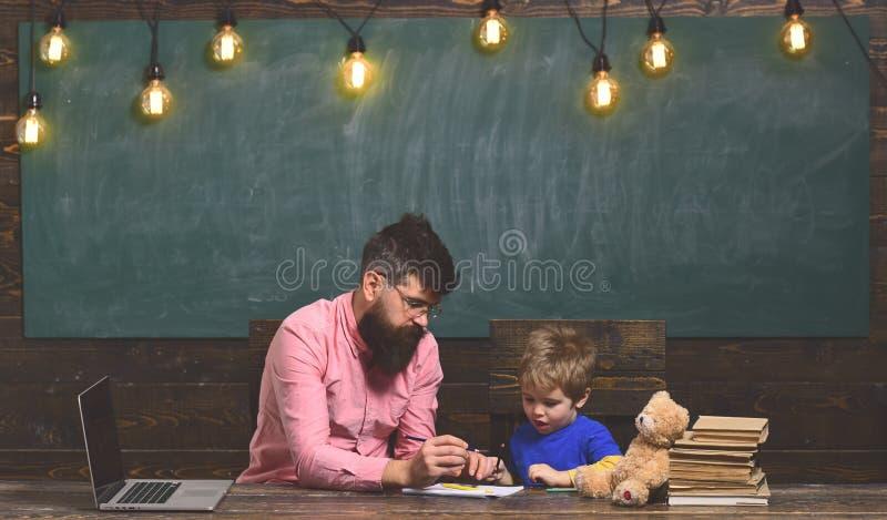 Οι επιτυχείς δάσκαλοι είναι πάντα εγκαίρως και προετοιμασμένος Πανεπιστημιακό σεμινάριο Δάσκαλος στα γυαλιά που διαβάζει τις εκθέ στοκ φωτογραφίες