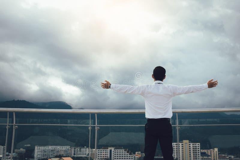 Οι επιχειρηματίες είναι αναζωογονώντας στη γέφυρα επιχείρησης στοκ εικόνες