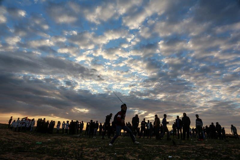 Οι ισραηλινές δυνάμεις επεμβαίνουν στους Παλαιστίνιους κατά τη διάρκεια οι επιδείξεις κοντά στα σύνορα Γάζα-Ισραήλ, στη νότια Λωρ στοκ φωτογραφίες