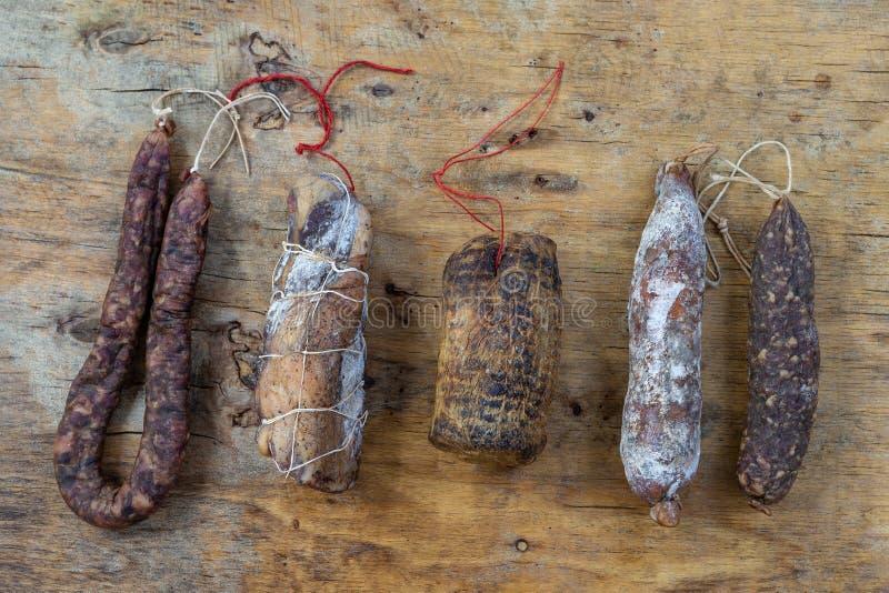 Οι κορσικανικές άγριες λιχουδιές χοιρινού κρέατος, ειδικότητες έκαναν στην Κορσική Γαλλία στο ξύλινο υπόβαθρο στοκ φωτογραφία με δικαίωμα ελεύθερης χρήσης