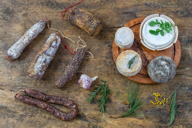 Οι κορσικανικές άγριες λιχουδιές χοιρινού κρέατος, και οι ειδικότητες τυριών, έκαναν στην Κορσική Γαλλία στο ξύλινο υπόβαθρο στοκ φωτογραφίες