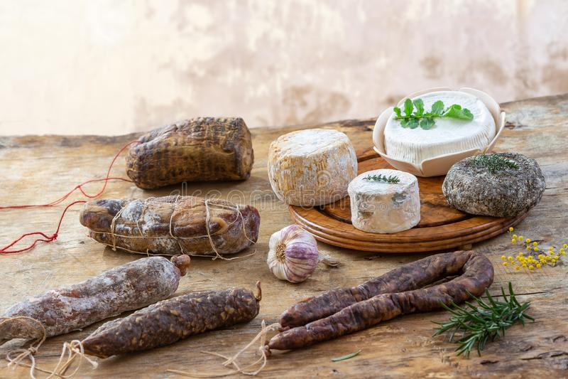 Οι κορσικανικές άγριες λιχουδιές χοιρινού κρέατος, και οι ειδικότητες τυριών, έκαναν στην Κορσική Γαλλία στο ξύλινο υπόβαθρο στοκ εικόνες