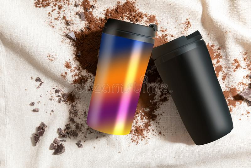 Οι κούπες στη γιούτα Facbric, σκόρπισαν τον καφέ και τη σοκολάτα στοκ εικόνα