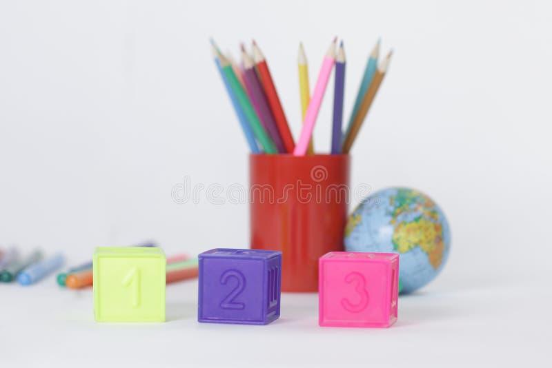 Οι κύβοι με τους αριθμούς στο θολωμένο σχολείο παρέχουν το υπόβαθρο στοκ εικόνα με δικαίωμα ελεύθερης χρήσης