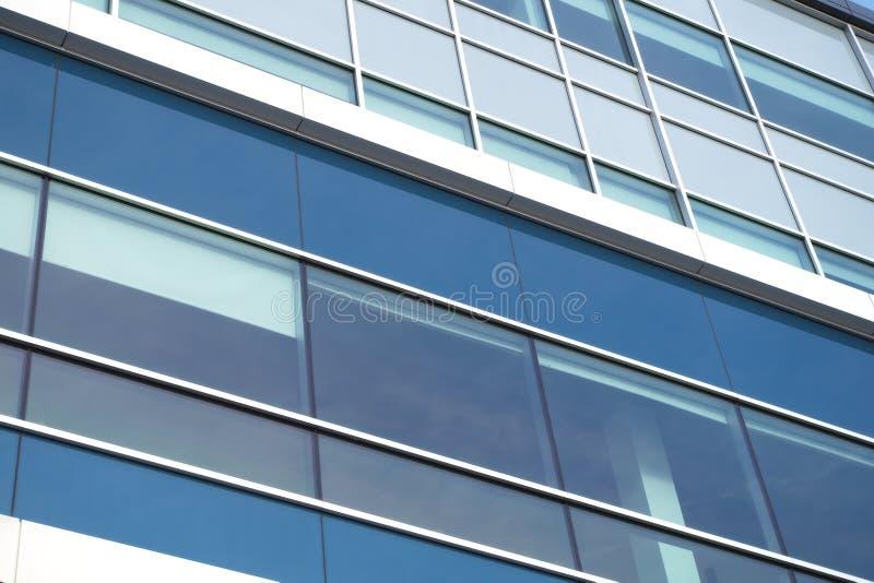 Οι διαγώνιες γραμμές γραφείων γυαλιού παραθύρων οικοδόμησης sckyscraper χρηματοδοτούν την εταιρία στοκ εικόνα