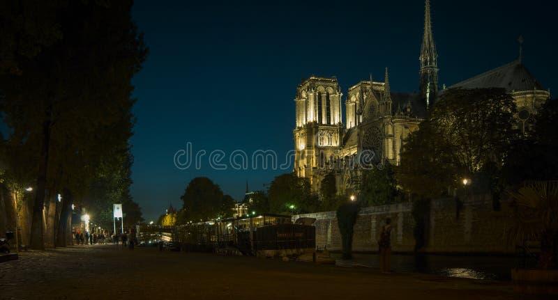Οι τουρίστες που επισκέπτονται το Cathedrale Παναγία των Παρισίων είναι ένας διασημότερος καθεδρικός ναός 1163 - 1345 στο ανατολι στοκ φωτογραφίες