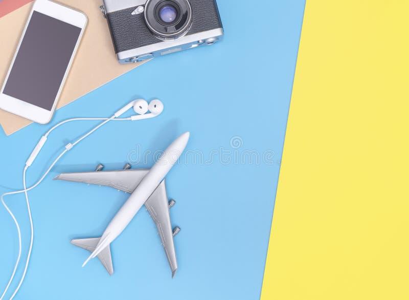 Οι τοπ συσκευές άποψης ταξιδιού αντιτίθενται για τον επιχειρησιακό ταξιδιώτη στο μπλε κίτρινο διάστημα αντιγράφων στοκ φωτογραφία με δικαίωμα ελεύθερης χρήσης