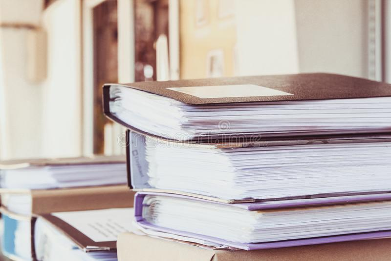 Οι φάκελλοι αρχείων στο γραφείο στο univercity γραφείων με το υπόβαθρο φωτός του ήλιου στοκ εικόνες