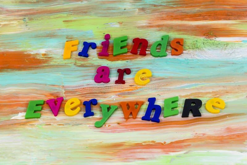 Οι φίλοι αγαπούν παντού τη βοήθεια θεωρούν το πλαστικό στοκ εικόνες