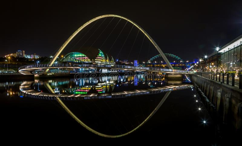 Οι φωτισμένες γέφυρες του ποταμού Τάιν, Νιουκάσλ, τη νύχτα στοκ φωτογραφία με δικαίωμα ελεύθερης χρήσης
