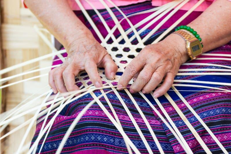 Οι χωρικοί πήραν τα λωρίδες μπαμπού στην ύφανση στις διαφορετικές μορφές για τα καθημερινά εργαλεία χρήσης των ανθρώπων community στοκ εικόνες με δικαίωμα ελεύθερης χρήσης