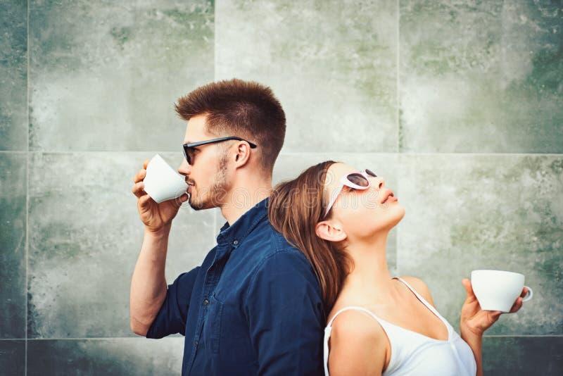 Οι πραγματικοί εμπειρογνώμονες καφέ Το ζεύγος ερωτευμένο πίνει τον καφέ υπαίθριο Απόλαυση της καλύτερης ημερομηνίας καφέ Ζεύγος τ στοκ εικόνα