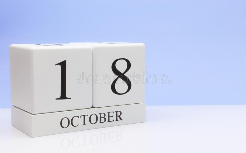 18 Οκτωβρίου ημέρα 18 του μήνα, καθημερινό ημερολόγιο στον άσπρο πίνακα με την αντανάκλαση, με το ανοικτό μπλε υπόβαθρο Χρόνος φθ στοκ εικόνα με δικαίωμα ελεύθερης χρήσης