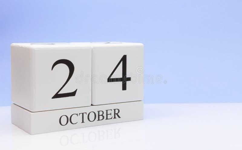 24 Οκτωβρίου ημέρα 24 του μήνα, καθημερινό ημερολόγιο στον άσπρο πίνακα με την αντανάκλαση, με το ανοικτό μπλε υπόβαθρο Χρόνος φθ στοκ εικόνες με δικαίωμα ελεύθερης χρήσης