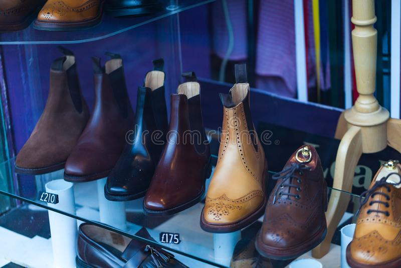 Ολοκαίνουργια παπούτσια ατόμων στην προθήκη με τις τιμές Εικόνα έννοιας μόδας και ύφους στοκ εικόνα