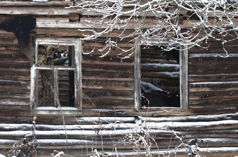 Ολόκληρα και σπασμένα παράθυρα της παλαιάς πέφτω-κάτω καλύβας κούτσουρων στοκ εικόνες