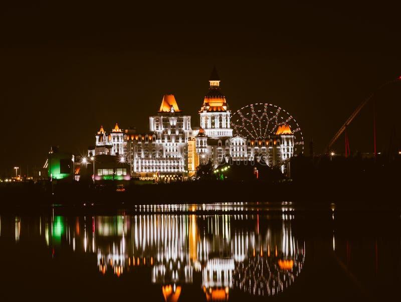 Ολυμπιακό πάρκο του Sochi, Ρωσία - 20 Φεβρουαρίου 2018: Αντανακλάσεις των φω'των νύχτας στο νερό, στο ολυμπιακό πάρκο στοκ εικόνες