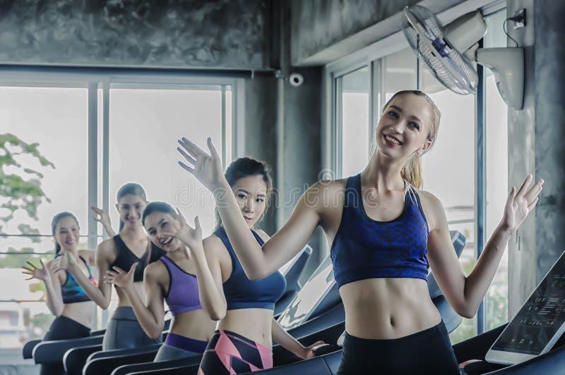 Ομάδα νέων γυναικών που τρέχουν treadmills στοκ εικόνα με δικαίωμα ελεύθερης χρήσης
