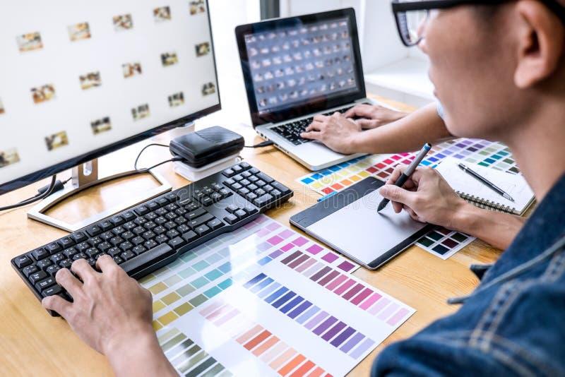 Ομάδα του νέου δημιουργικού γραφικού σχεδιαστή συναδέλφων που εργάζεται στην επιλογή χρώματος και που επισύρει την προσοχή στην τ στοκ φωτογραφίες