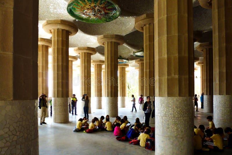 Ομάδα παιδιών στο πάρκο Guell στη Βαρκελώνη στο σχολικό outinga στοκ εικόνες με δικαίωμα ελεύθερης χρήσης