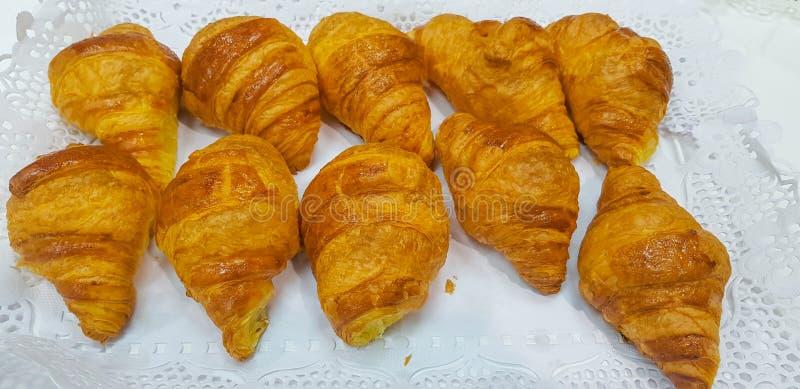 Ομάδα croissant που τακτοποιείται σε δύο σειρές και έτοιμη στον πίνακα για το πρόγευμα στοκ εικόνες με δικαίωμα ελεύθερης χρήσης