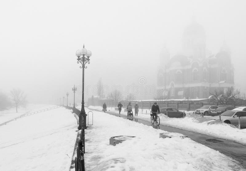 Ομίχλη, άνθρωποι στην ομίχλη στην προκυμαία στοκ εικόνες