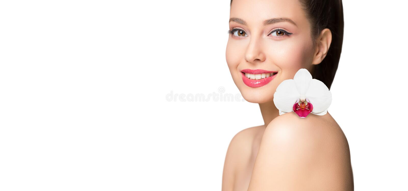 Ομορφιά Brunette με το ζωηρόχρωμο λουλούδι στοκ φωτογραφίες