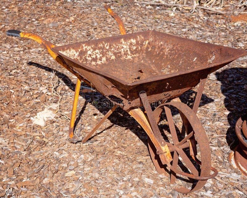 Οξυδωμένο παλαιό εκλεκτής ποιότητας Wheelbarrow στοκ εικόνες