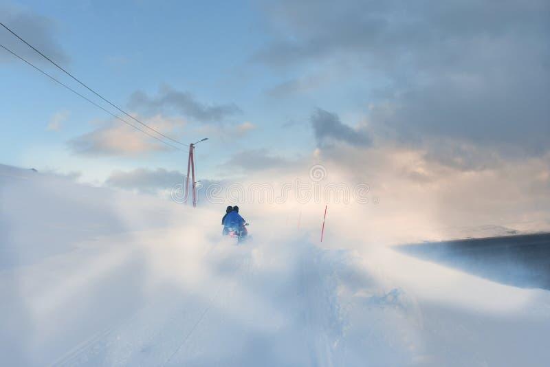 Οδήγηση Snowscooter μέσω snowdrift στοκ εικόνες με δικαίωμα ελεύθερης χρήσης