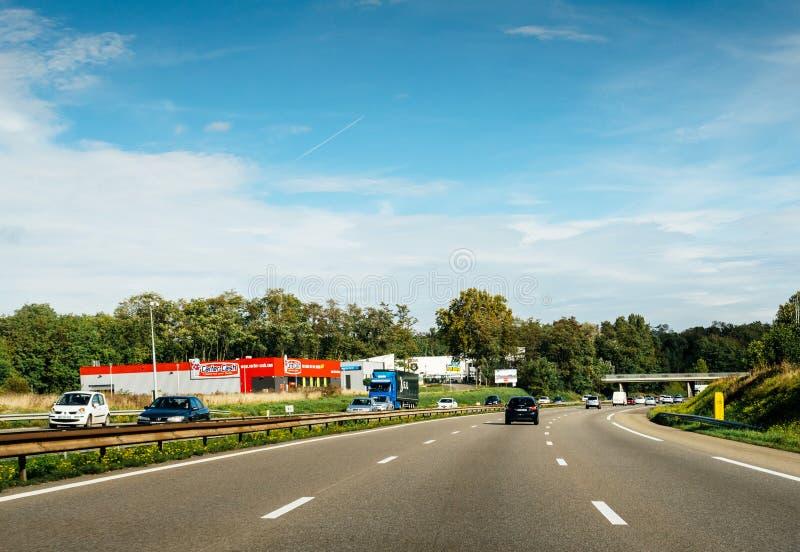 Οδηγός POV στα πολλαπλάσια αυτοκίνητα στη γαλλική εθνική οδό A4 στοκ φωτογραφία