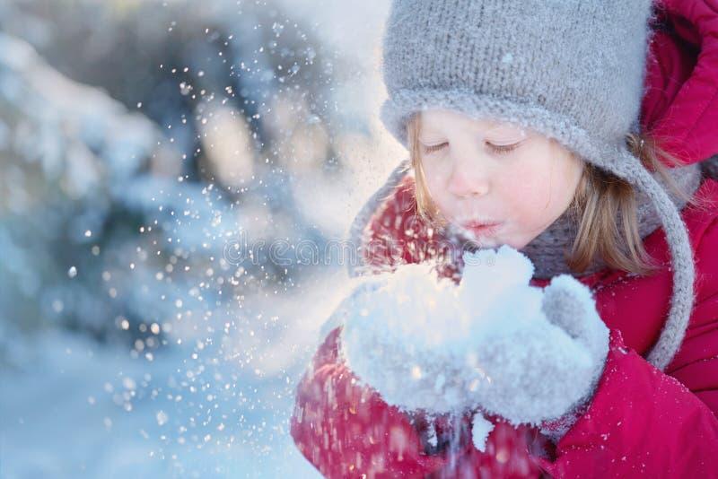 οδηγώντας χειμώνας ελκήθρων διασκέδασης Ένα κορίτσι στα θερμά ενδύματα παίζει με το χιόνι στοκ εικόνες