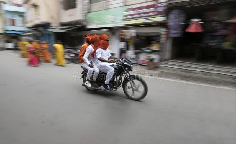οδηγώντας ποδήλατο 3 ατόμων σε μια τοπική οδό του Rajasthan στοκ εικόνα με δικαίωμα ελεύθερης χρήσης