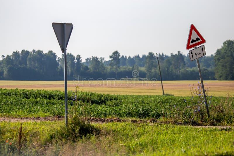Οδικά σημάδια δίπλα στον αγροτικό δρόμο στοκ φωτογραφίες με δικαίωμα ελεύθερης χρήσης