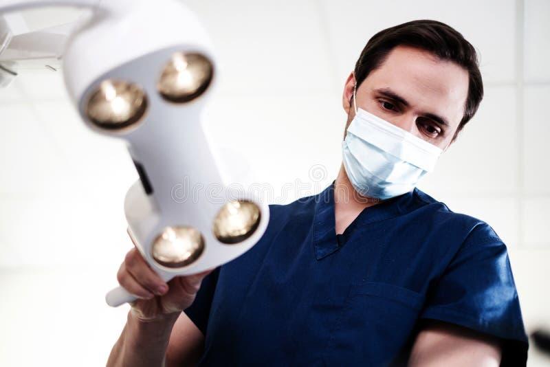 Οδοντίατρος ατόμων που απασχολείται ιδιωτικά στην πρακτική στοκ φωτογραφία