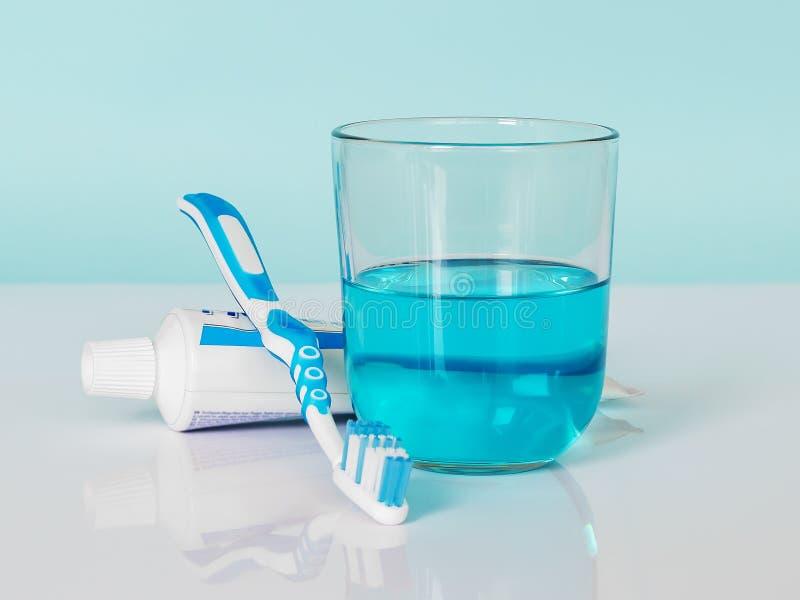Οδοντόβουρτσα, οδοντόπαστα, mouthwash σε ένα άσπρος-μπλε υπόβαθρο Η έννοια της καθημερινής οδοντικής προσοχής στοκ φωτογραφία με δικαίωμα ελεύθερης χρήσης