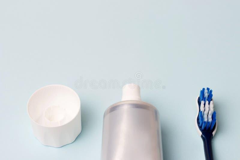 Οδοντόπαστα στο σωλήνα και οδοντόβουρτσα στο μπλε υπόβαθρο Οδοντική έννοια υγιεινής στοκ εικόνες με δικαίωμα ελεύθερης χρήσης