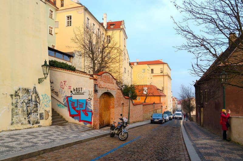 Οδός Uvoz στην ιστορική περιοχή της Πράγας Mala Strana, Δημοκρατία της Τσεχίας στοκ φωτογραφία με δικαίωμα ελεύθερης χρήσης