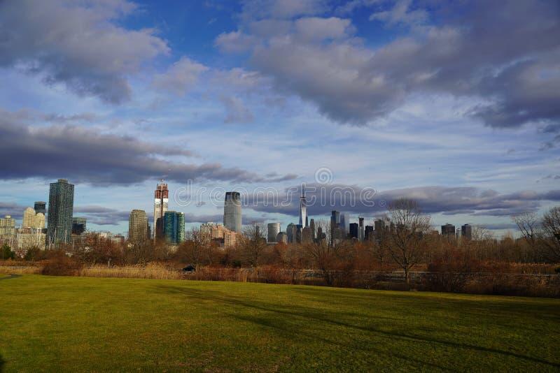 Ορίζοντας του Μανχάταν, πόλη της Νέας Υόρκης Άποψη από το κρατικό πάρκο ελευθερίας στοκ εικόνες