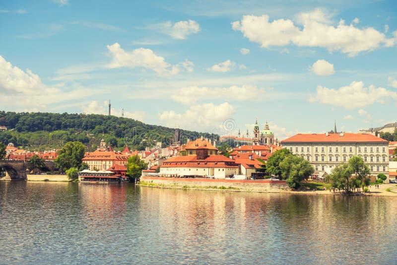 Ορίζοντας πόλεων πανοράματος της Πράγας και γέφυρα του Charles, Πράγα, Czechia Κρουαζιέρα βαρκών στον ποταμό Vltava στοκ φωτογραφίες