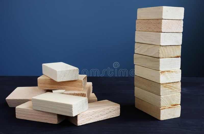 Οργάνωση, στρατηγική και κίνδυνος στην επιχείρηση Πύργος και συσσωρευμένος επάνω από τα ξύλινα τούβλα στοκ φωτογραφία με δικαίωμα ελεύθερης χρήσης