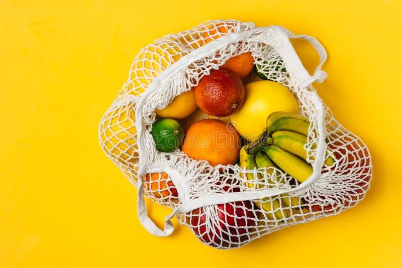 Οργανική ποικιλία φρούτων στην επαναχρησιμοποιήσιμη τσάντα αγορών πλέγματος βαμβακιού - ανακύκλωση, βιώσιμος τρόπος ζωής, μηά από στοκ εικόνες με δικαίωμα ελεύθερης χρήσης