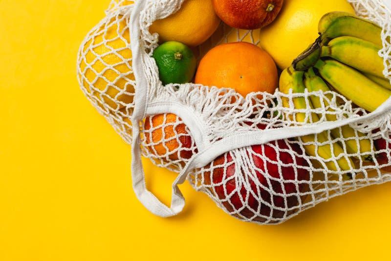 Οργανική ποικιλία φρούτων στην επαναχρησιμοποιήσιμη τσάντα αγορών πλέγματος βαμβακιού - ανακύκλωση, βιώσιμος τρόπος ζωής, μηά από στοκ εικόνα με δικαίωμα ελεύθερης χρήσης