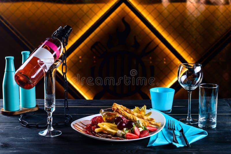 Ορεκτικό και κρασί για ένα ρομαντικό βράδυ σε ένα εστιατόριο στοκ εικόνες με δικαίωμα ελεύθερης χρήσης