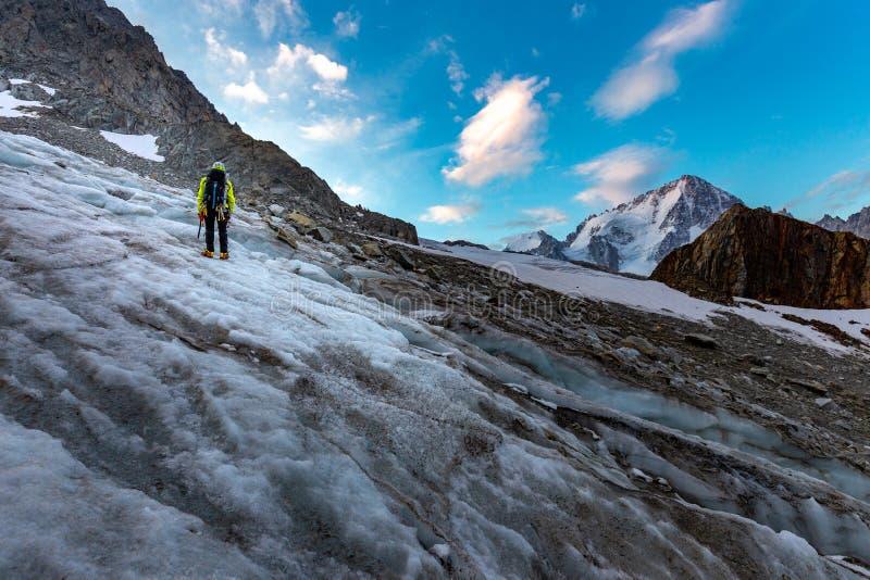 Ορεσίβιος που αναρριχείται στα βουνά της Mont Blanc παγετώνων, Άλπεις της Γαλλίας στοκ εικόνες με δικαίωμα ελεύθερης χρήσης