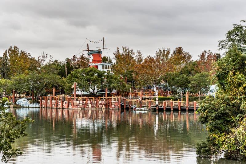 ΟΡΛΑΝΤΟ, ΦΛΩΡΙΔΑ, ΗΠΑ - ΤΟ ΔΕΚΈΜΒΡΙΟ ΤΟΥ 2018: Κίτρινα δέντρα με την αντανάκλαση στο νερό στην περιοχή ελαιολάδου Popeye, UNIVERS στοκ φωτογραφίες με δικαίωμα ελεύθερης χρήσης