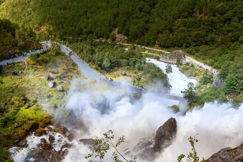 Ουράνιο τόξο και καταρράκτης Briksdal στη Νορβηγία στοκ φωτογραφίες