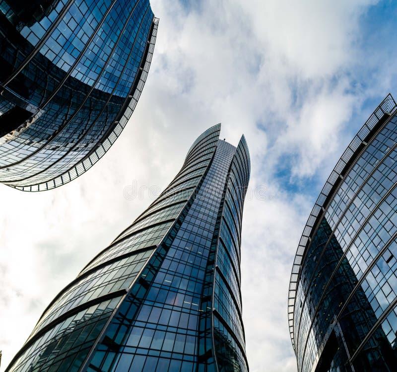 Ουρανοξύστες γυαλιού της ανώμαλης μορφής Κατώτατη όψη Αφηρημένη αρχιτεκτονική λεπτομέρεια του εταιρικού κτηρίου κατάλληλη όπως στοκ φωτογραφία