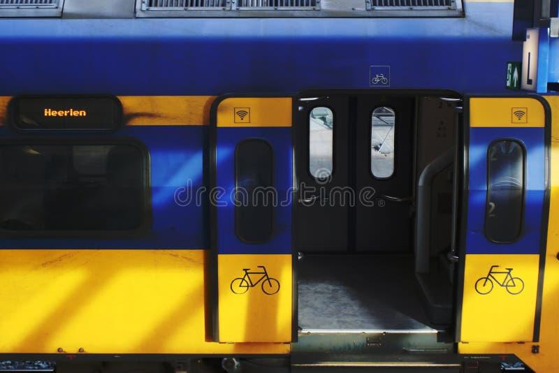 Ουτρέχτη, οι Κάτω Χώρες, στις 15 Φεβρουαρίου 2019: Μια άποψη κενός intercity με τις ανοιχτές πόρτες στοκ εικόνες